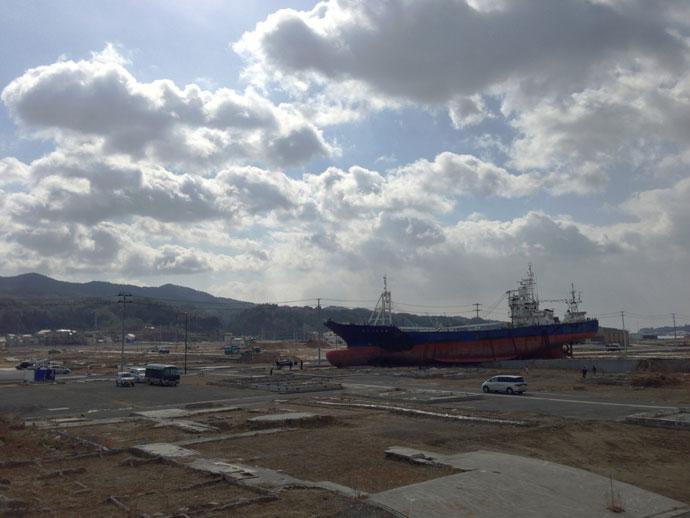 取材の出発点、気仙沼市街。津波で打ち上げられた巨大な船と基礎のみが残る土地は、震災の爪痕を残す