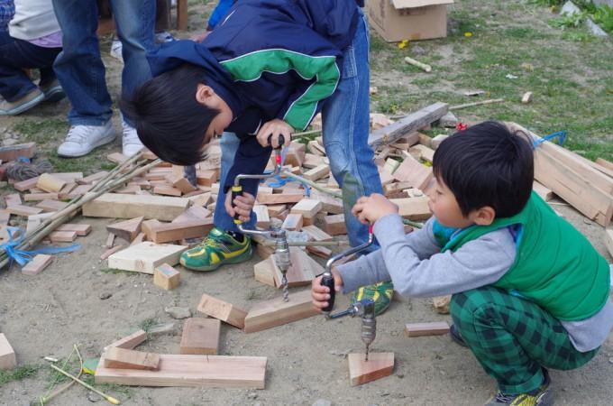 木工作に取り組む子どもたち