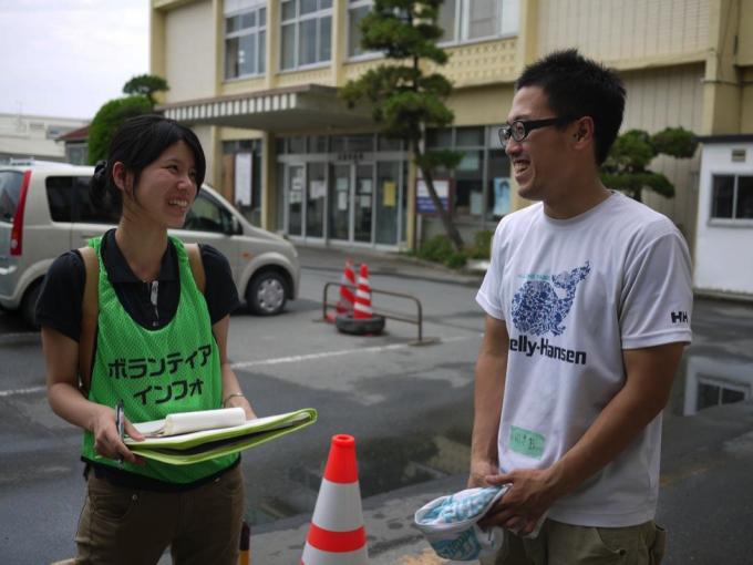 現地で活動するNGOに聞き取り調査。現場とウェブの両面からボランティアのニーズを集めていく。