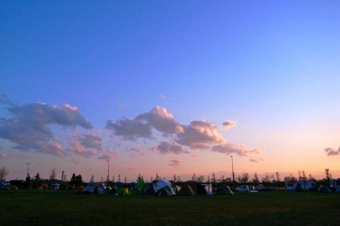 僕が2011年のゴールデンウィークに行った時の石巻専修大学の校庭。日本のみならず、世界からボランティアが来て、ここでキャンプをしていた。