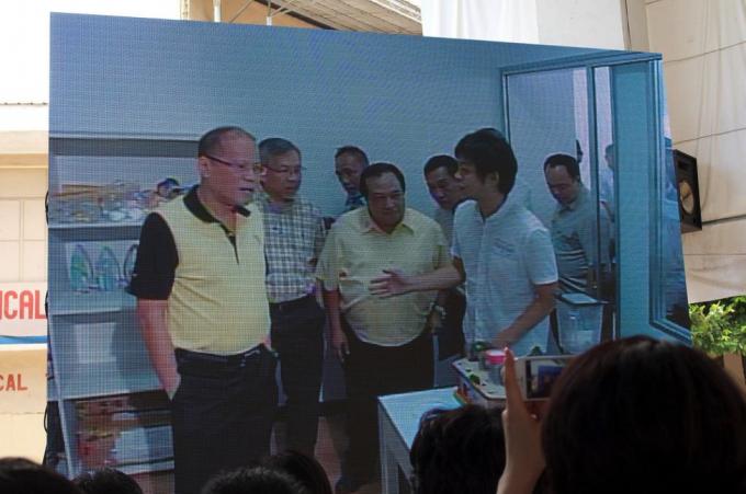 フィリピン国大統領に自ら説明する徳島さん