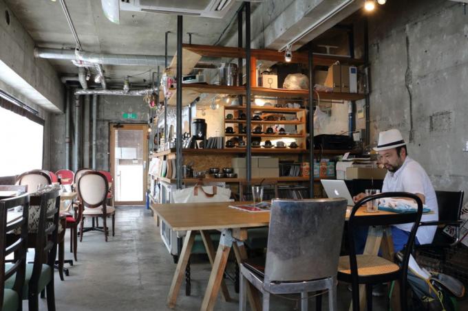 あぶくりは、サンドウィッチがとてもおいしいカフェ。店内ではイベントが開催されている他、雑貨なども販売されている。